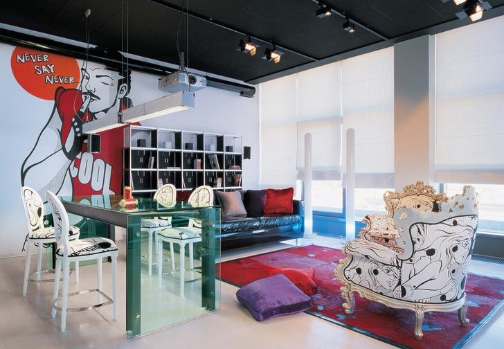 Пафосная гостиная в стиле эклектика для модной, эксцентричной девушки.