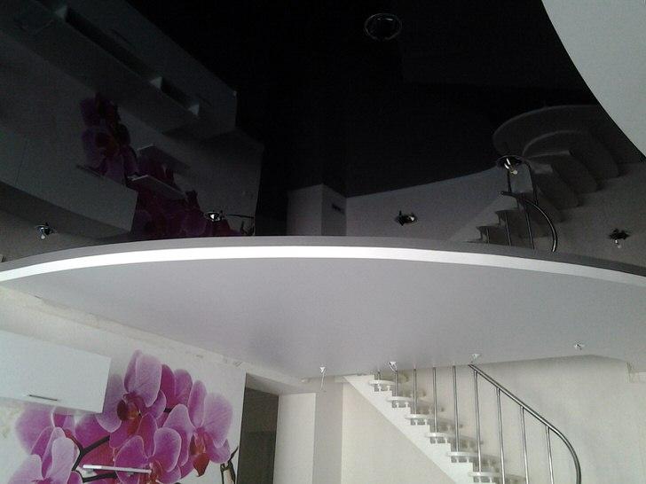 Классическое сочетание черного и белого для гостиной в неоклассическом стиле или стиле модерн.