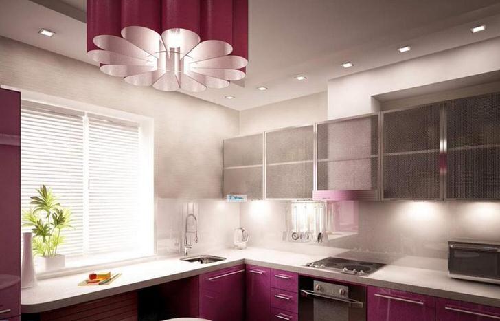 Необычная люстра в хай-тек стиле в тон кухонному гарнитуру выглядит изящно.