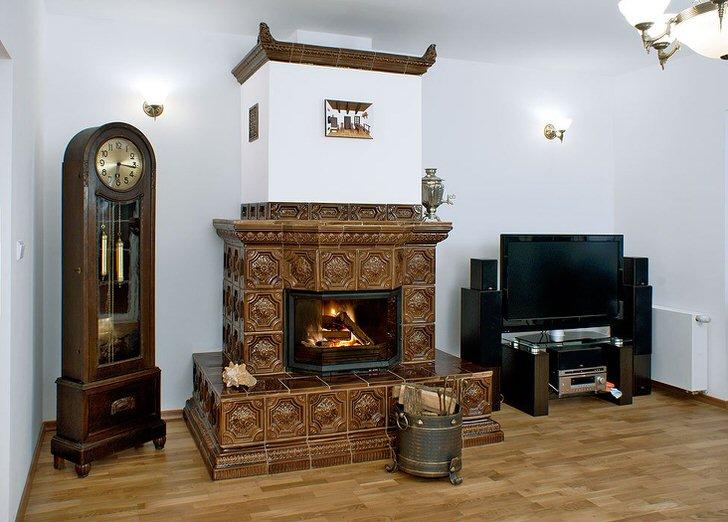 Темно-коричневые изразцы составляют конструкцию камина, разработанного для гостиной в доме на западе Берлина.