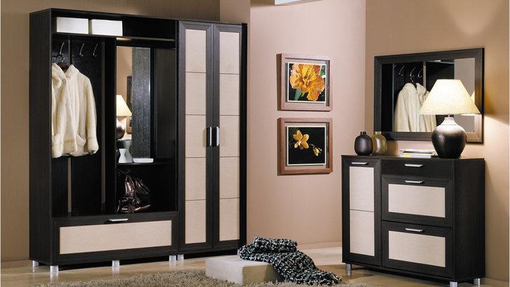 Классическое сочетание черного и белого цвета для прихожей. Модульная мебель, пожалуй, наиболее практичный вариант для коридора.