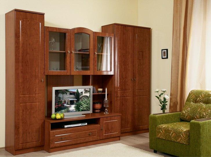 Стенка для гостиной в классическом стиле. Модульная мебель светло-коричневого оттенка вместительная и практична.