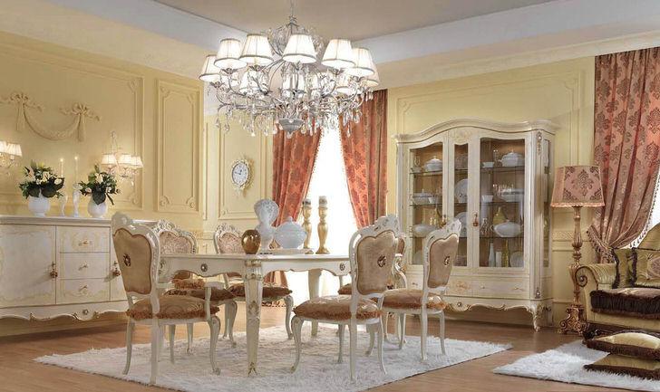 Интерьер стильной гостиной выполнен в барокко стиле.