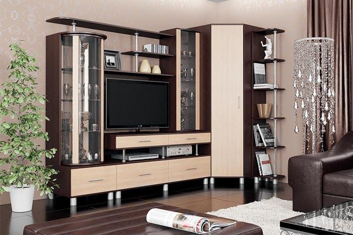 Многоярусная модульная стенка с огромным числом полочек - практичное решение для гостевой комнаты.