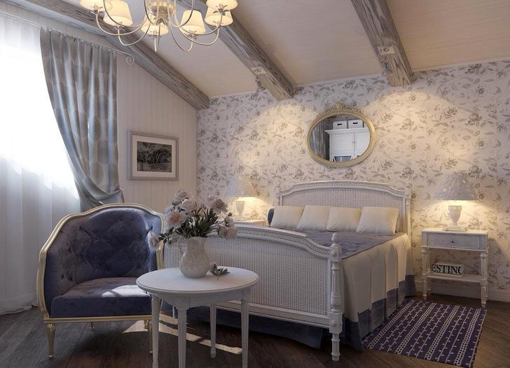 Мебель для спальни в деревенском стиле подобрана гармонично. Примечательна люстра и прикроватные светильники с классическими плафонами.