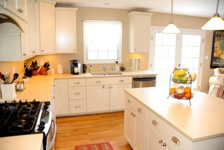 Белоснежная кухня в квартире студии
