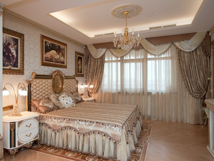 Ламбрекены в спальне в стиле барокко.