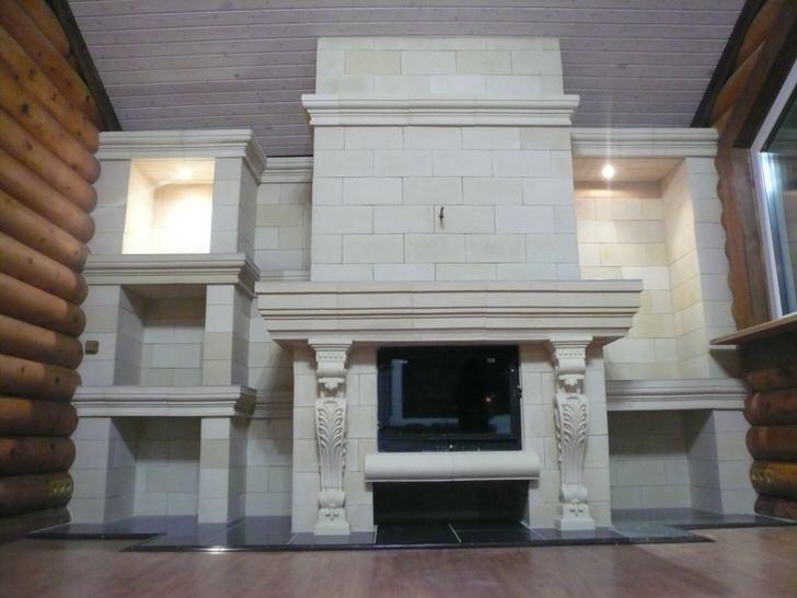 Функциональное оформление изразцового камина. Универсальный вариант для интерьера загородного дома.