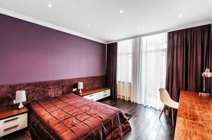 Белый одноярусный потолок - стильное решение для спальни в стиле модерн.