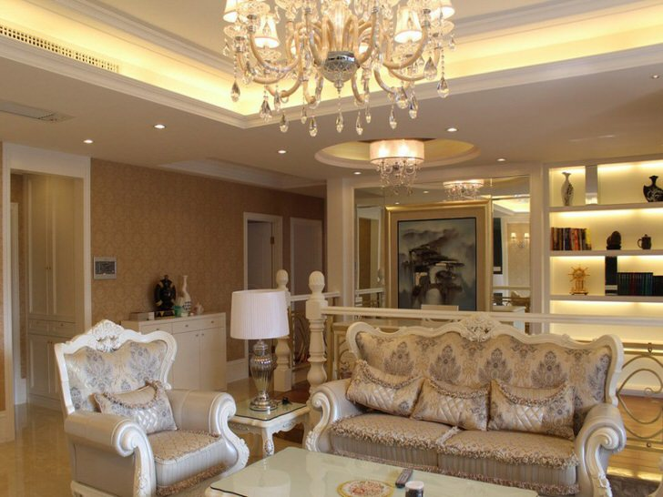 Современный барокко в просторной гостиной.