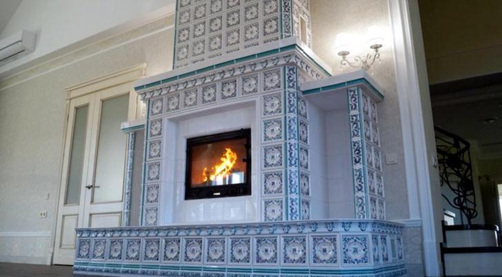 Просторная гостиная с изразцовым камином будет отличным местом для проведения семейных посиделок.
