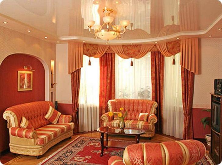 Шикарная гостиная с натяжными потолками. Отличный пример правильно подобранного освещения.