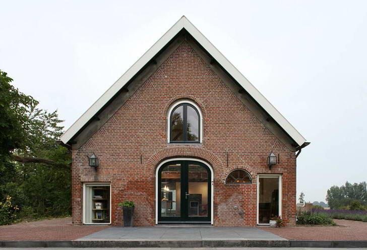Кирпичная кладка выгодно подчеркивает общую стилистику здания.