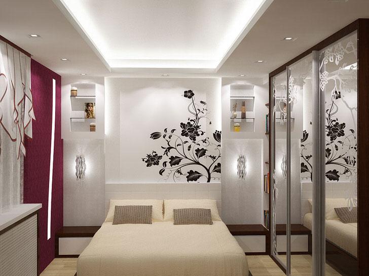 Спальня небольшой квадратуры в белом цвете с натяжным потолком.