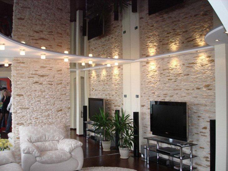 Незамысловатый дизайн натяжного потолка для уютной гостиной.