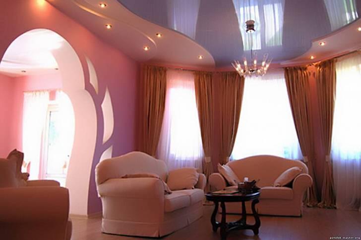 Гостиная в стиле ампир с натяжными потолками. Простота монтажа и несложный уход - основные плюсы потолочных конструкций.