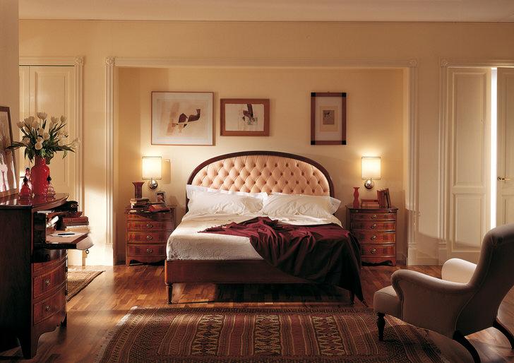 Благородный английский стиль в спальне притягателен и скромен. В центре внимания оказывается кровать в высоким изголовьем, которое обито мягкой светло-бежевой тканью.
