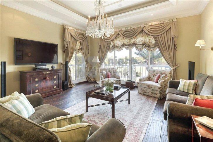 Мягкие ламбрекены стали изюминкой интерьера комнаты для гостей в загородном доме. Спокойное оформление в сочетании с ламбрекенами становится благородным и изысканным.