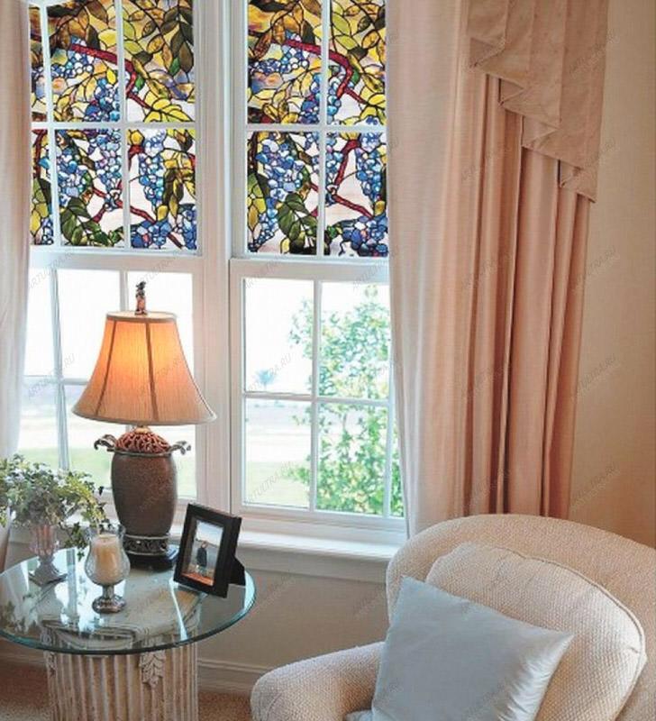 Витражные пленки наклеены на половине окна. Отличный способ защиты от чрезмерного солнечного света.