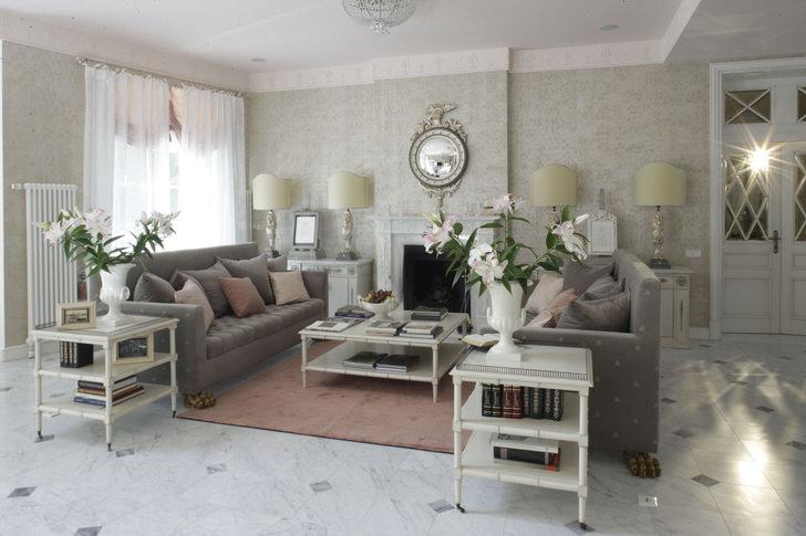 Гостиная в французском стиле оформлена в светлых тонах. В комнате царит романтичная, уютная атмосфера.