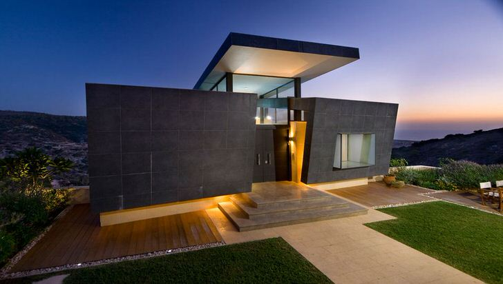 Современный дизайн одноэтажного дома выполнен в стиле хай тек. Необычный фасад здания благодаря необычной подсветке смотрится эффектно и выразительно.