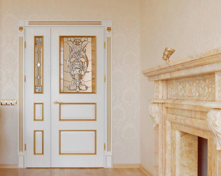 Дизайн дверей в стиле модерн в меру сдержан и утончен. Белый цвет полотна гармонично сочетается с золотыми декоративными деталями.
