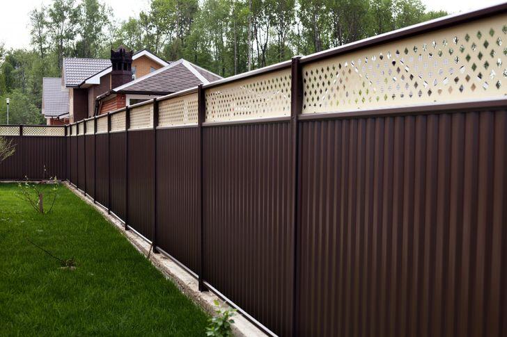 Модульный забор привлекателен не только приятным внешним видом, он также практичен и функционален.