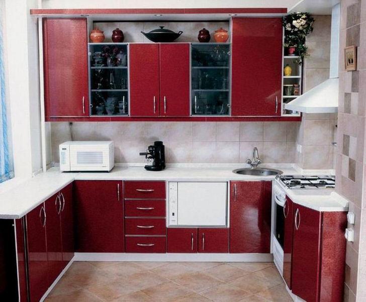 Основным требования к организации кухни 9 кв м становится практичность и функциональность. П-образная кухня насыщенного бордового цвета не только удобна, но и имеет привлекательный внешний вид.
