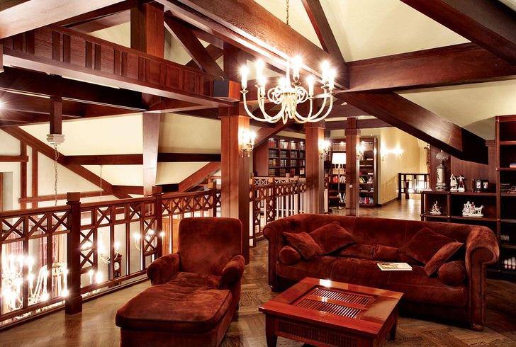 Стиль шале примечателен использованием натуральных материалов в оформлении интерьера. Деревянные элементы интерьера являются наиболее ярким свидетельством стиля.
