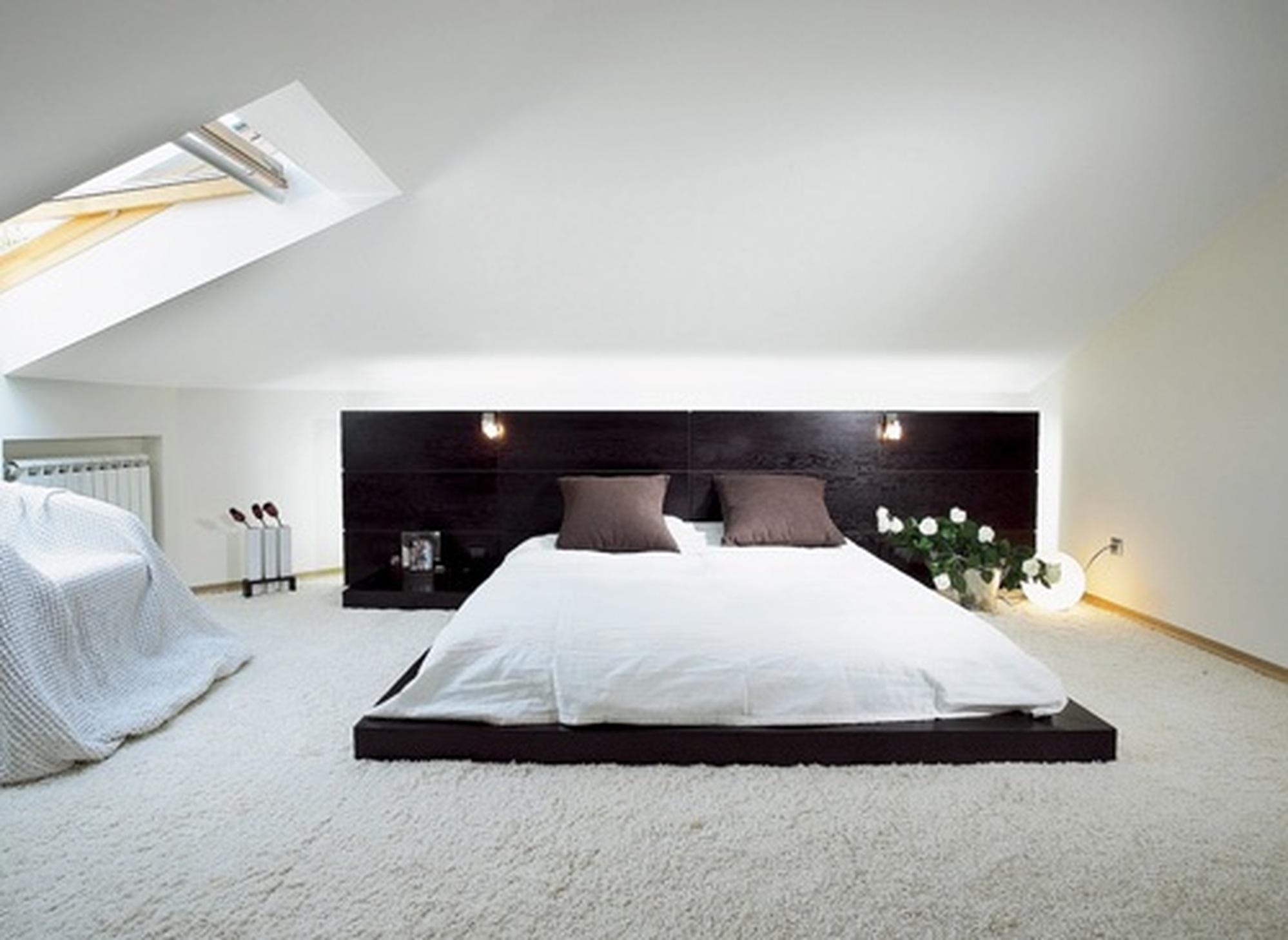 Шикарная спальня в стиле минимализм - пример удачного оформления небольшого помещения на мансардном этаже.