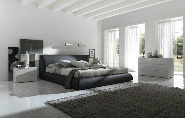 Примечательной деталью являются панорамные окна, которые пропускают в спальню в стиле барокко достаточное количество дневного света.