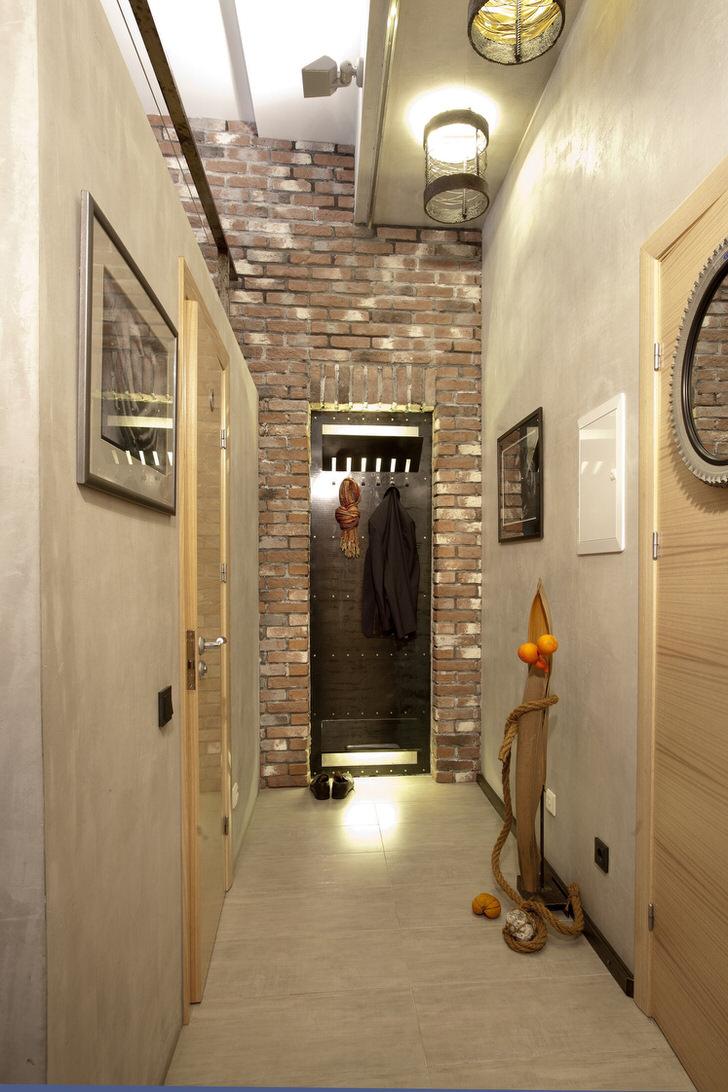 """В прихожей в стиле """"промышленный"""" лофт отлично смотрятся ретро светильники. Идеальный вариант для оформления узкого коридора."""