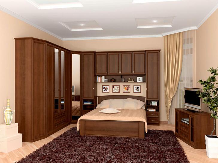 Практичное решение для обустройства спальни - модульный гарнитур, который проходит на кроватью. Эффективная экономия пространства.