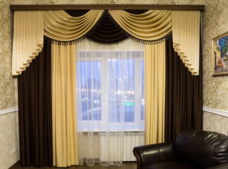 Незамысловатые двухцветные ламбрекены для гостиной. Скромный, ненавязчивый дизайн ламбрекенов станет изюминкой интерьера.