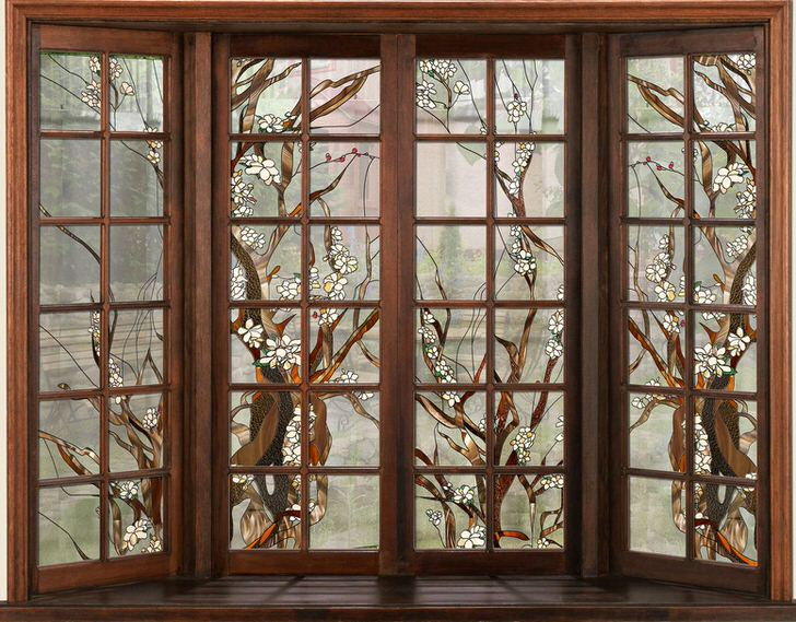 Окна в темной деревянной раме украшены витражной пленкой. Незамысловатый рисунок подойдет для оформления интерьера в стиле кантри или модерн.