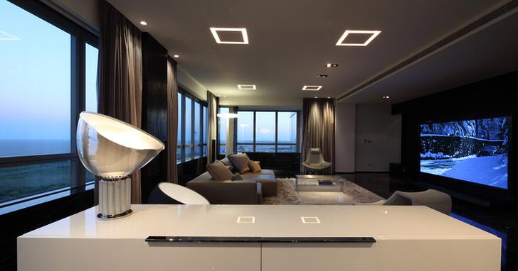 Необычные вариации освещения в гостиной в стиле хай тек дают достаточное количество света.