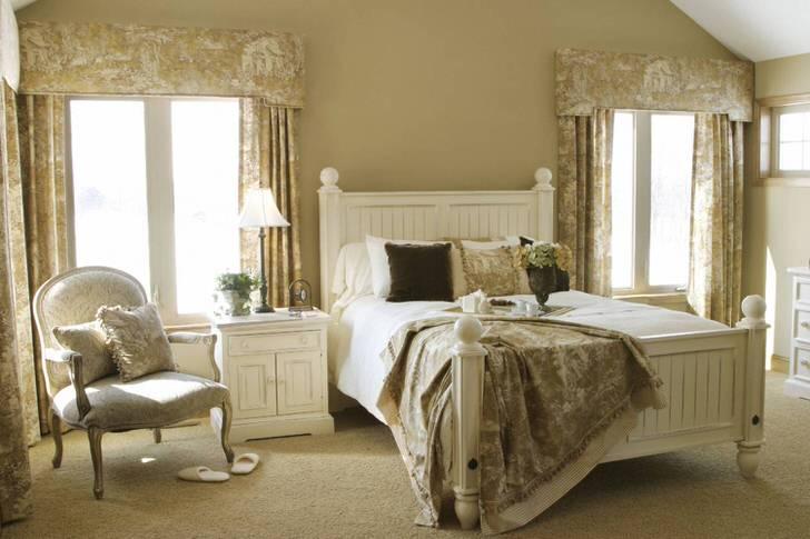 Романтический стиль в спальне для гостей - это неповторимая элегантность. Светло-бежевые тона отделки в сочетании с белой мебелью смотрятся нежно, создают комфортную для отдыха атмосферу.