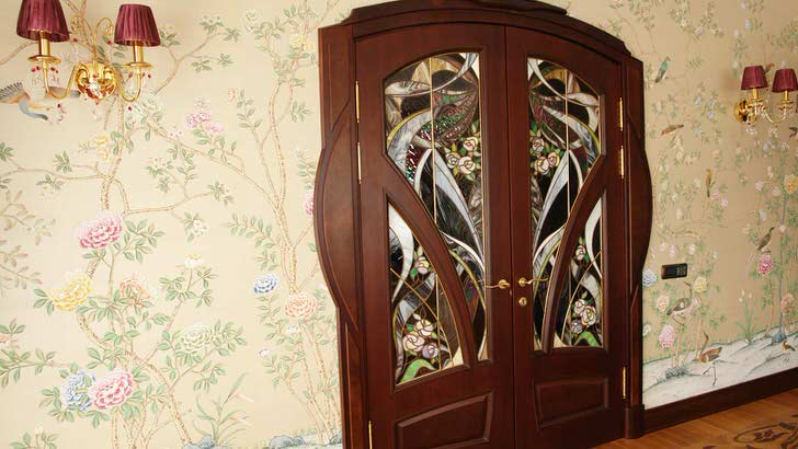 Одним из требований стиля модерн является натуральность используемых материалов. Межкомнатные двери из натурального дерева цвета венге украшены привлекательным витражным рисунком.