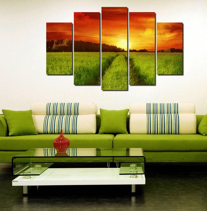 Модульные картины тщательно подбирались под индивидуальный интерьер. Зеленое поле, как бы продолжает диван, подобранный в тон.