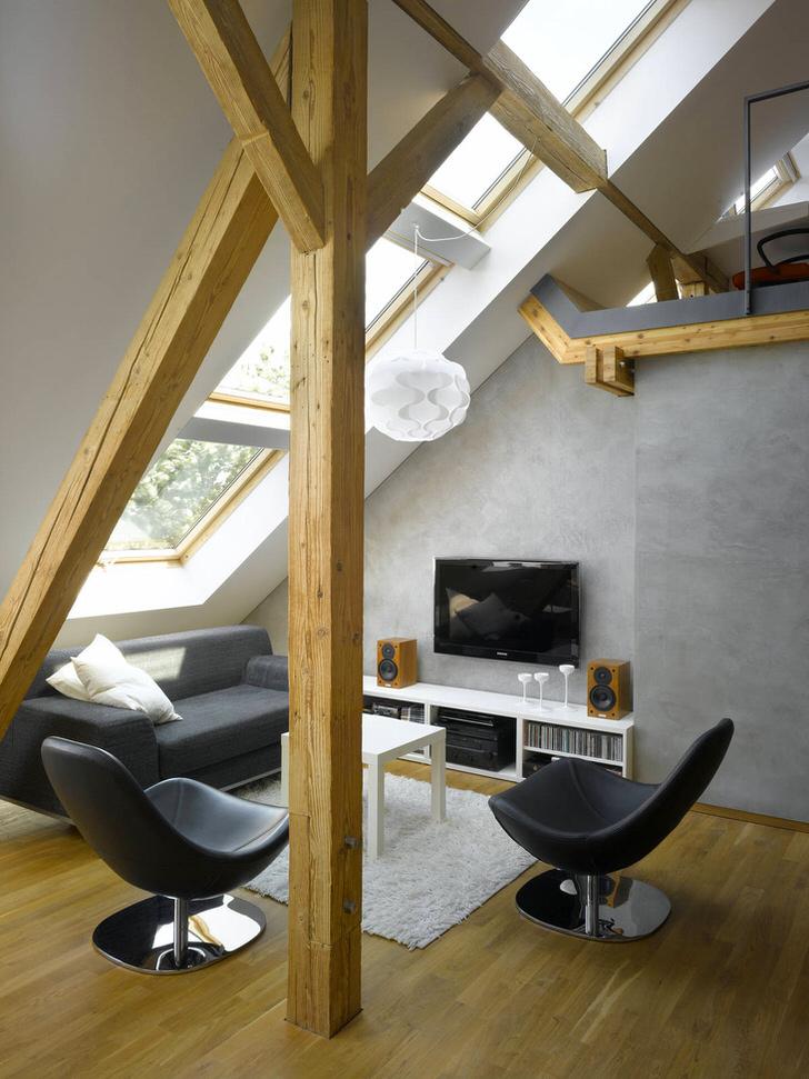 Небольшая гостиная на мансарде в стиле шале - великолепное место для уединенного отдыха.