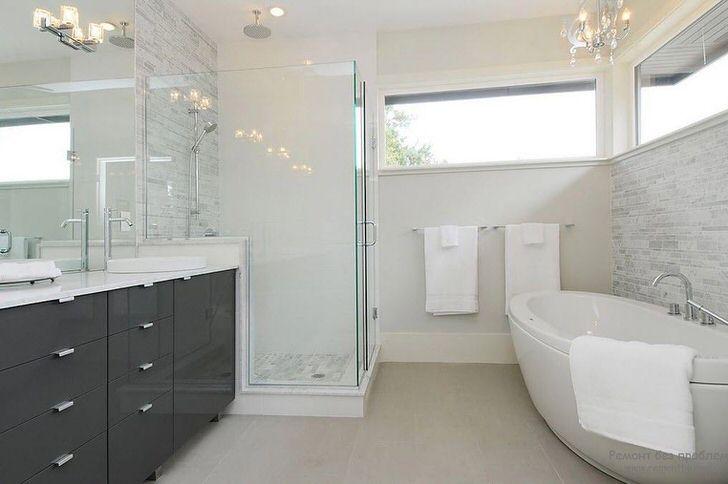 Просторная ванная в стиле модерн с правильным освещением оформлена знаменитым дизайнером Франции.