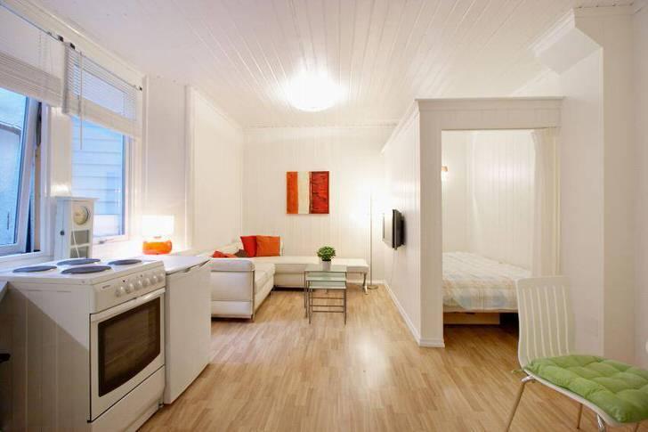 Удачная планировка квартиры-студии. Кровать спрятана в небольшую нишу.