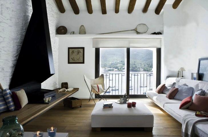 Средиземноморский стиль подразумевает под собой хорошо освещенный интерьер. Поэтому окна гостиной не завешены ни занавесками, ни плотными шторами.