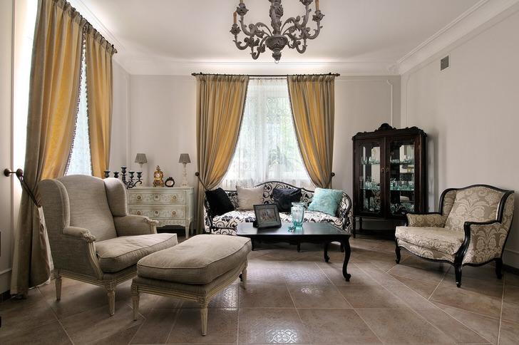 Французский стиль в интерьере гостевой комнаты смотрится непринужденно и элегантно. Свой шик интерьеру придают плавные линии мебели и правильно подобранное освещение.