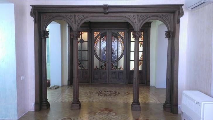Входные двери в стиле модерн изготовлены из темных пород дорогой древесины. Холл в комплекте с такими дверями смотрится торжественно и напыщенно.