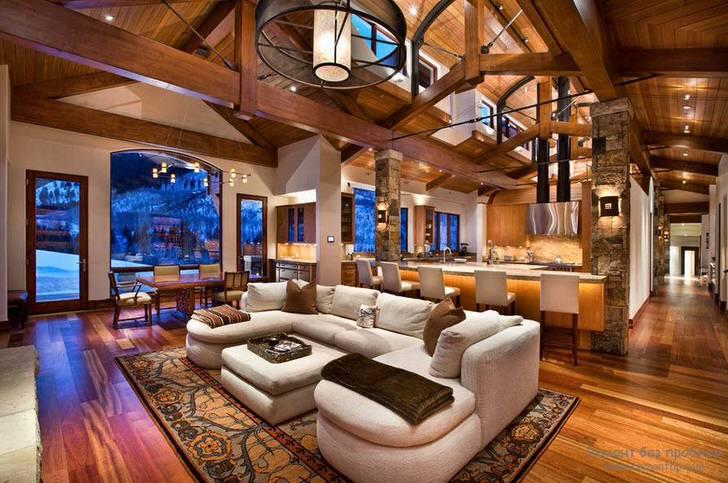 """Гостиная в просторном доме . Своеобразные потолки из деревянных балок становятся """"ключом"""" композиции."""