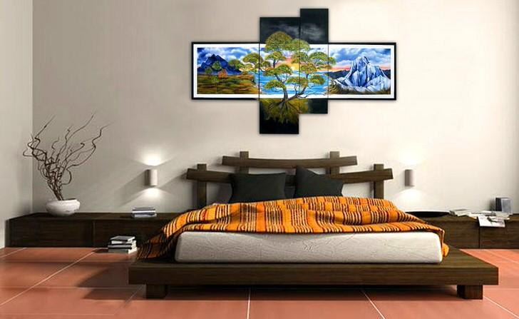 Спальня в восточном стиле украшена с помощью модульных картин, которые весят в изголовье кровати.