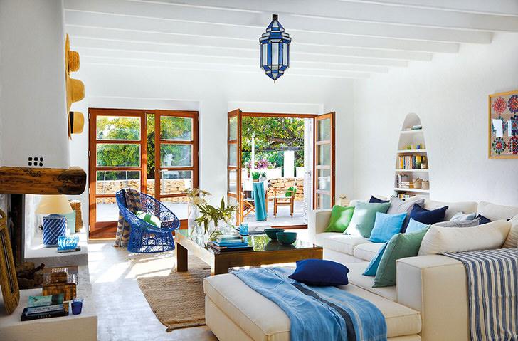 Для декора гостевой комнаты используются элементы, изготовленные из натуральных тканей. Яркие подушки и пледы делают обстановку более уютной.