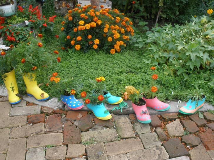 Старые калоши также могут пригодиться, если вы решили креативно украсить свой двор.