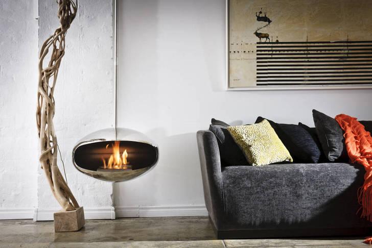 Хромированный металлический корпус подвесного камина делает его непревзойденным декоративным элементом интерьера в стиле лофт.